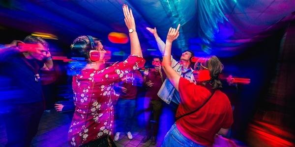 Feestende jongeren op een Silent disco