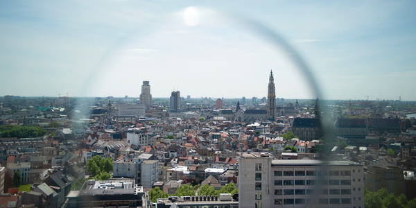 Een beeld van de skyline van Antwerpen, met in het midden de Boerentoren en de kathedraal.