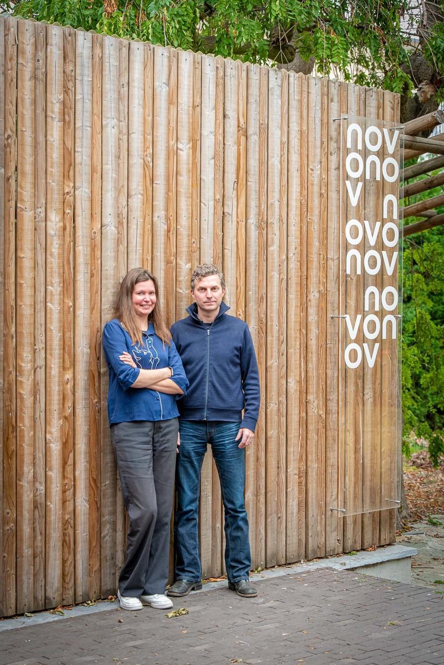 Liesbeth en Benjamin voor houten muur in tuin
