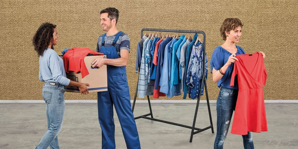 Mensen leveren kleren in bij De Collectie
