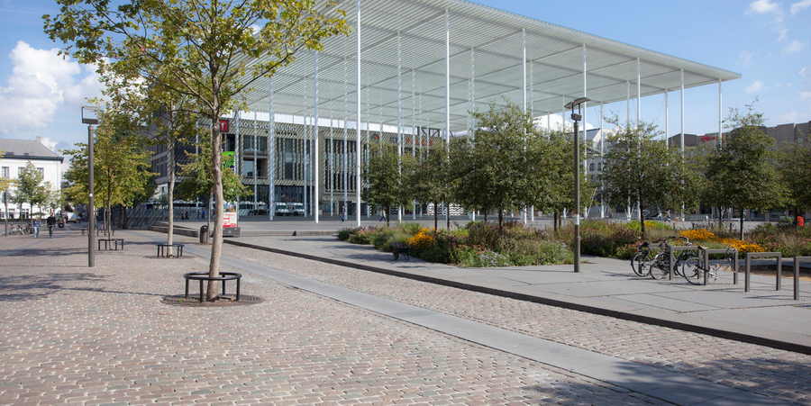 Het Theaterplein met op de achtergrond de Stadsschouwburg.