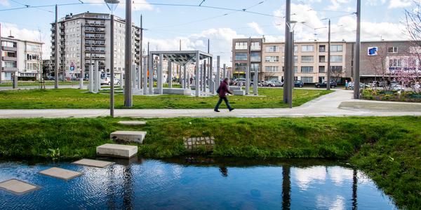 Iemand wandelt over een pad aan het Wim Saerensplein in Merksem.