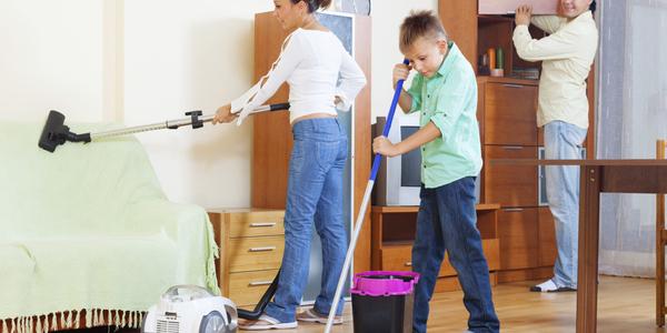 Gezin aan het poetsen