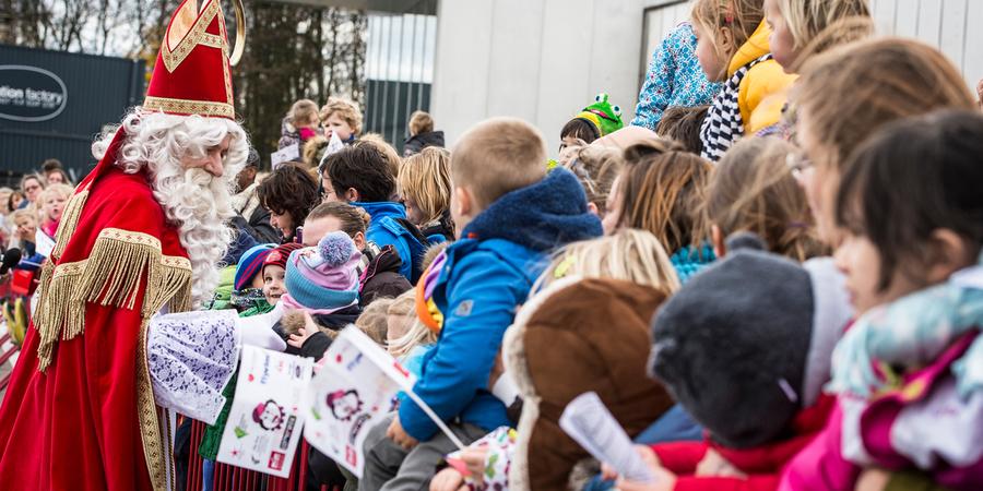Sinterklaas begroet de aanwezige kinderen.