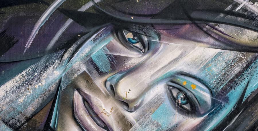 Graffiti met het portret van een vrouw
