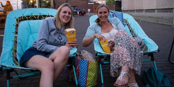 twee dames tijdens een filmstraat
