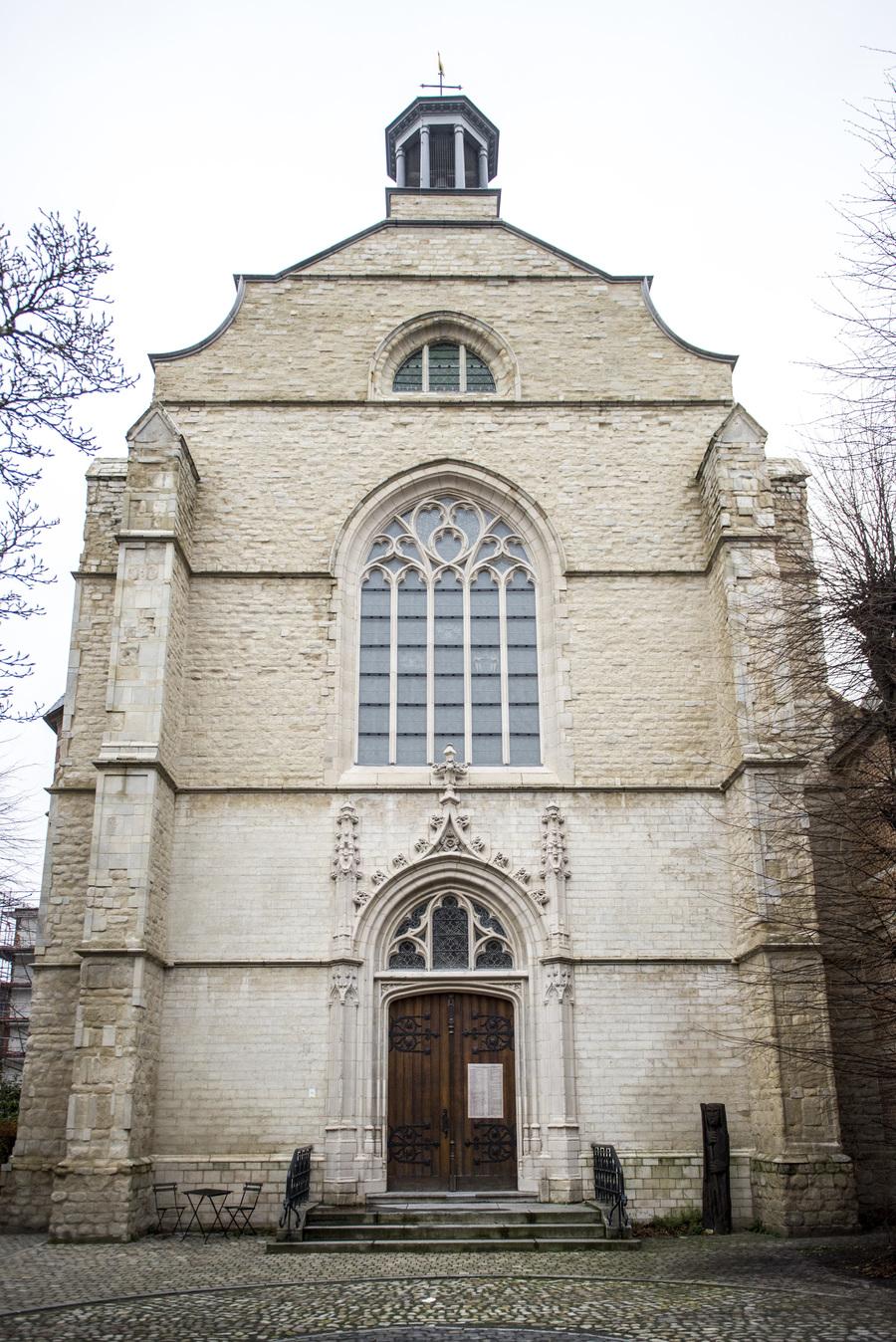 Gerestaureerde voorgevel kerk Brabantse Olijfberg