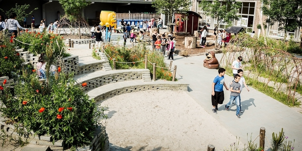 De natuurspeelplaats van stedelijke basisschool De Piramide
