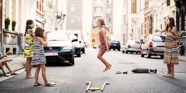 Kinderen spelen in de straat