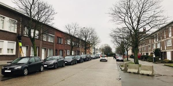 Een uitzicht op de Valaardreef vanaf het kruispunt met de Albert Dickschenstraat