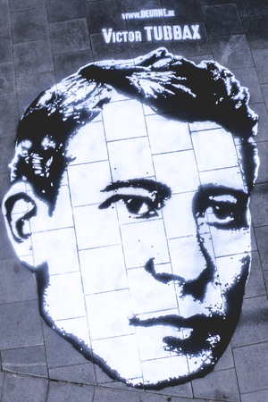 Streetart hoofd Victor Tubbax op het Cogelsplein (t.h.v. Velostation)