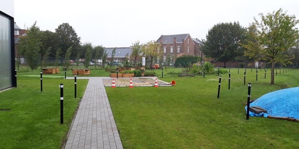 Ruime groene tuin met verhard pad