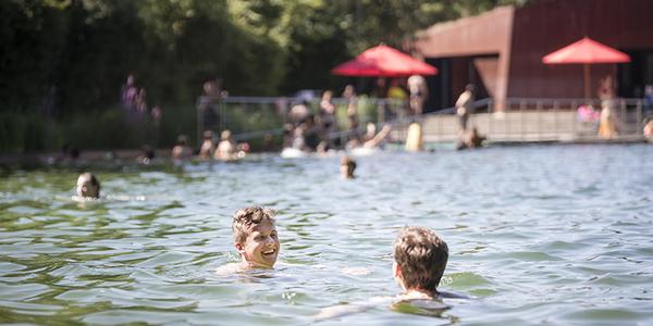 Twee jongens zwemmen in zwemvijver Boekenberg