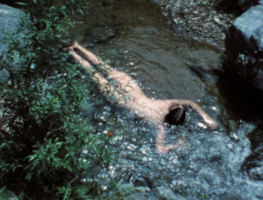 Ana Mendieta in een rivier