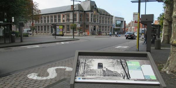 Historisch informatiepaneel op de Bist voor het districtshuis.