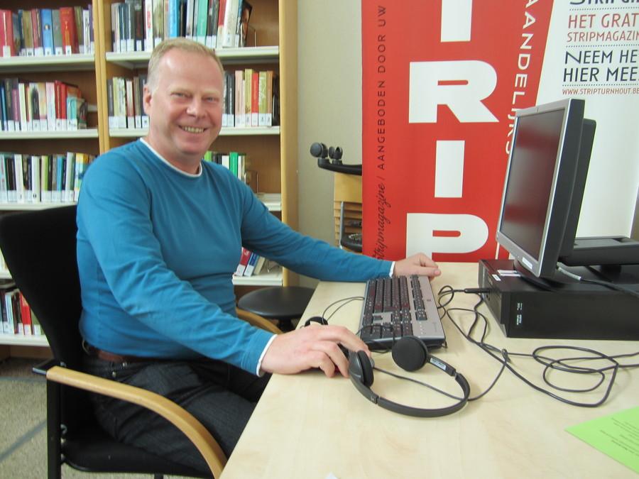 Bogdan oefent Nederlands op de taalcomputer in het Taalpunt.