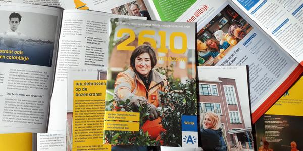 De eerste editie van het 2610-Magazine bovenop verschillende opengespreide exemplaren.