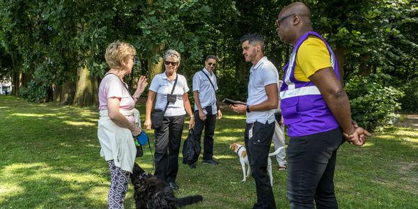 Stadstoezicht kijkt erop toe dat honden niet loslopen in het park