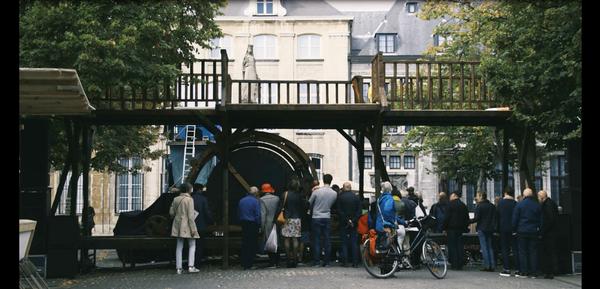 mensen op Vrijdagmarkt bij drukpers Raphaël August Opstaele