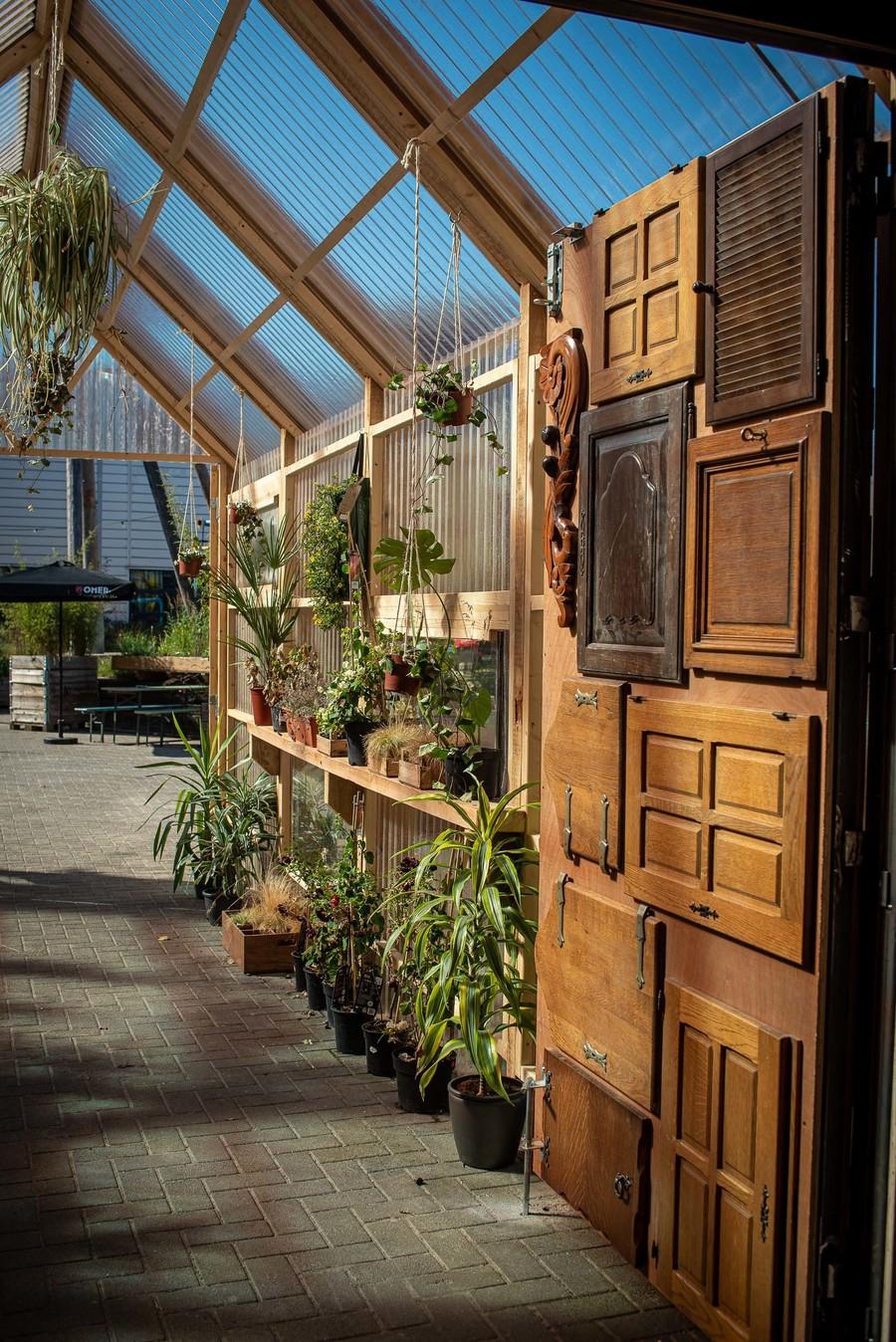 Ingang met houten kasten en planten