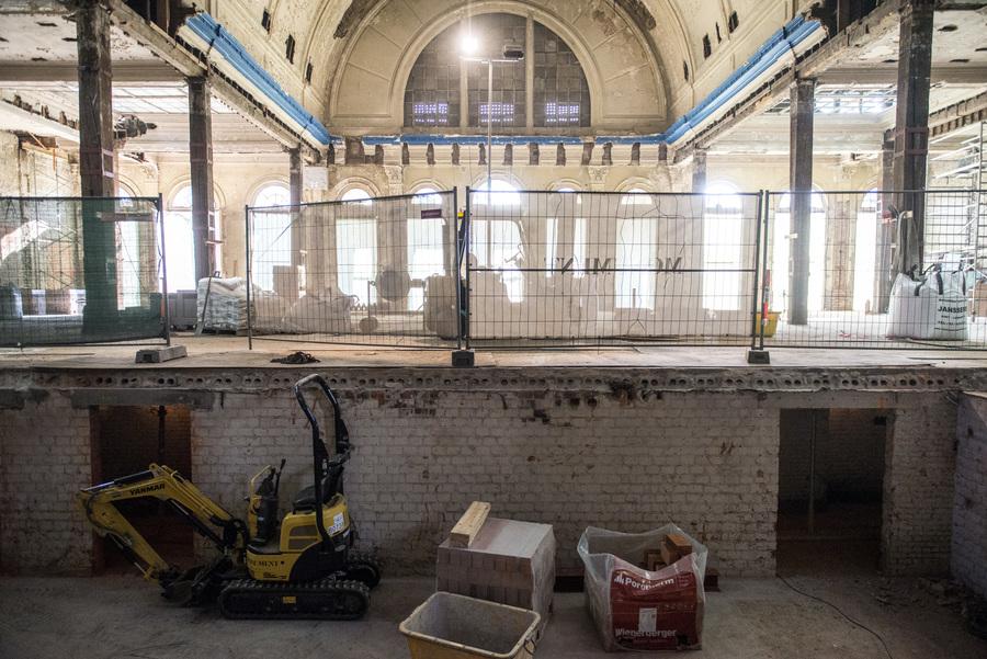 De kelder van zaal Harmonie is blootgelegd tijdens de restauratiewerken.