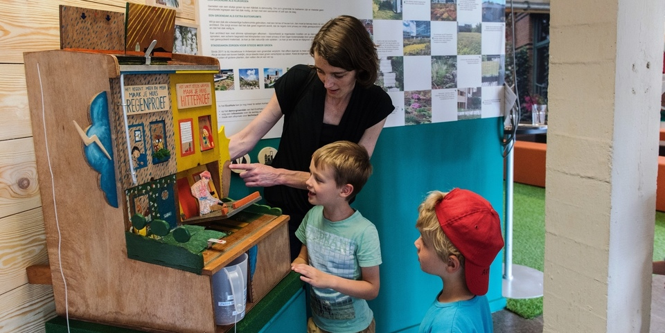 Kinderen leren spelenderwijs klimaat sparen met moderne bouwtechnieken