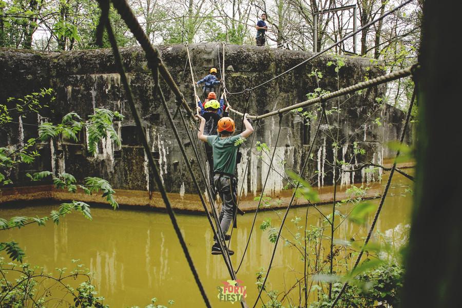 Jongeren op een hoogteparcours