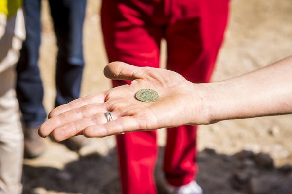 Tijdens de opgravingen werd een munt van Filips II uit de 16de eeuw gevonden