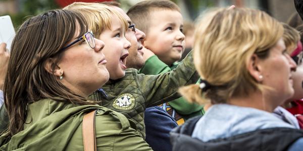Kinderen en ouders kijken naar theatervoorstelling