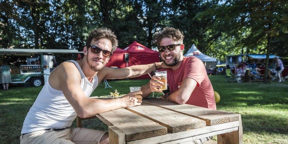 Twee mannen met een drankje op Bar Brilschans