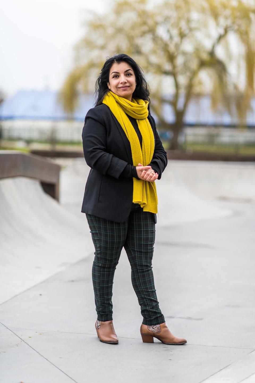 Marzia poseert op een vlak gedeelte van een betonnen skatepark