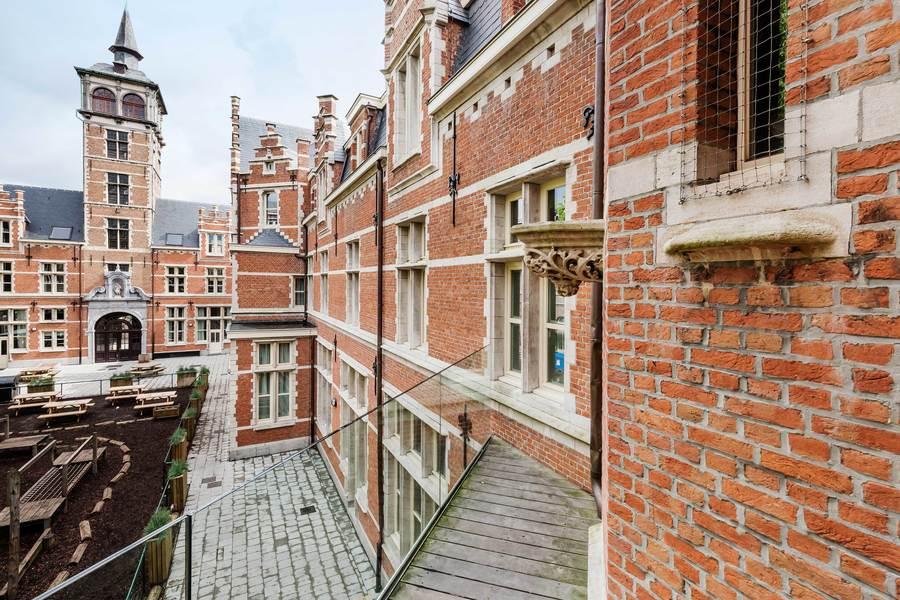 Zicht op de gereinigde gevels aan de kant van de binnenplaats. De Van Stralentoren is links in beeld.