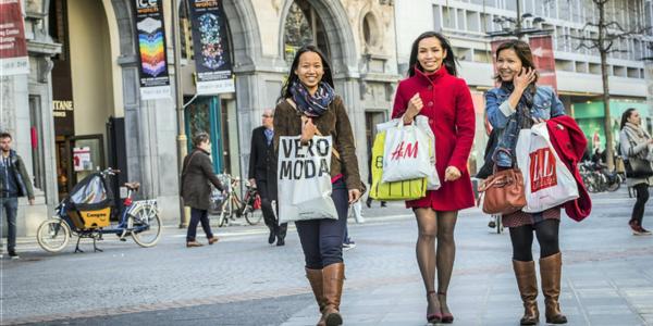 3 winkelende dames