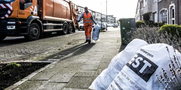 vuilnisophaler die restafval in de huisvuilwagen laadt