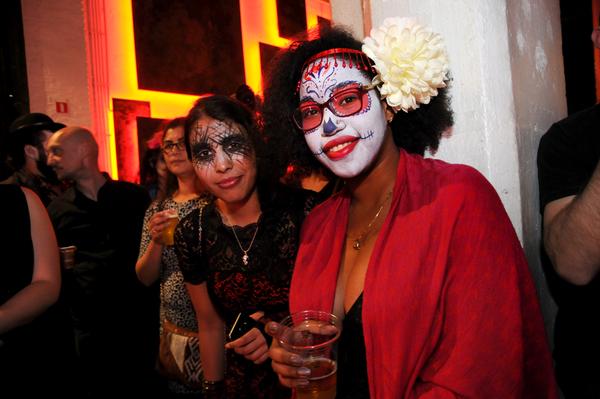 Mensen met beschilderd gezicht vieren de Día de los Muertos