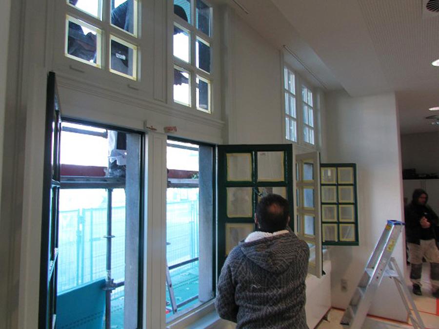 schilderwerken aan het buitenschrijnwerk van het districtsgebouw van Wilrijk
