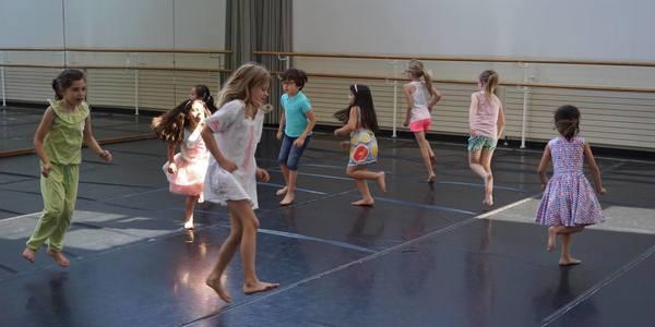 Kinderen dansen tijdens de open dag van de Academie Merksem