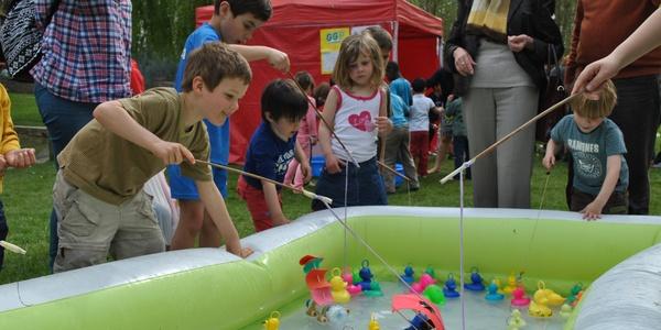Spelende kinderen op de Wilrijkse Buitenspeeldag 2014