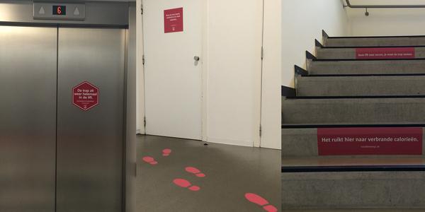Stickers op de lift, de trap en de deur naar de traphal sporen aan om de trap te nemen