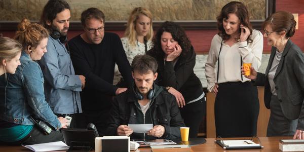 Acteurs en medewerkers van Panenka aan het werk tijdens de opnames van 'Over Water'