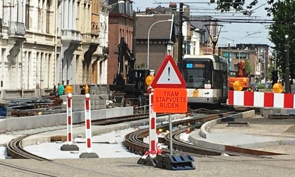 Werf Antwerpsesteenweg, tram 4 rijdt op pas aangelmegde sporen, verkeersbord dat gevaar betekend met onderbord Tram stapvoets rijden. De sporen liggen nog boven er is nog geen wegdek noch voetpad aangelegd.