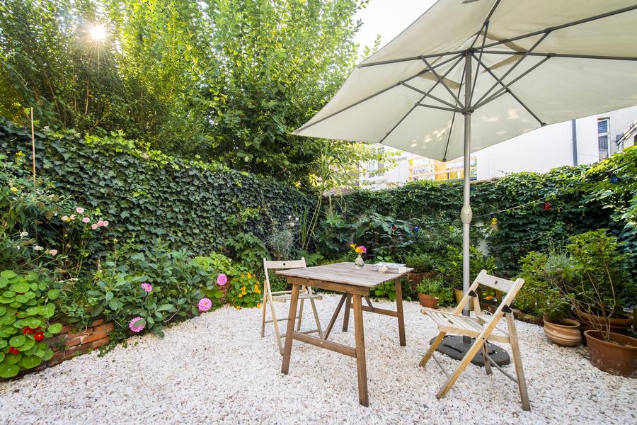 Een zij-aanzicht van de tuin met plantenborder