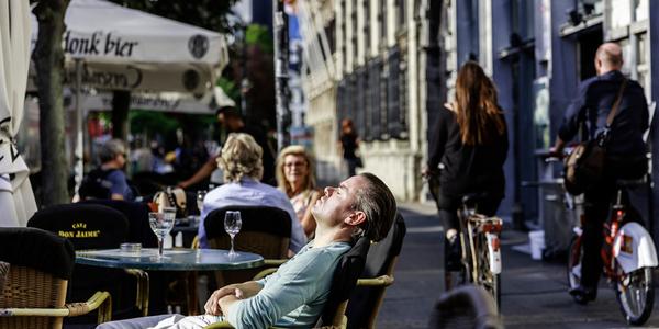 Man ligt te zonnen op terras.