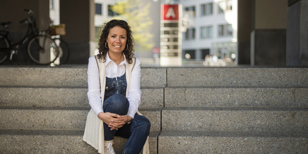 Marwa, projectmedewerker stad Antwerpen, zit voor Den Bell en vertelt meer over de communicatiecampagne over de 10 Miles.