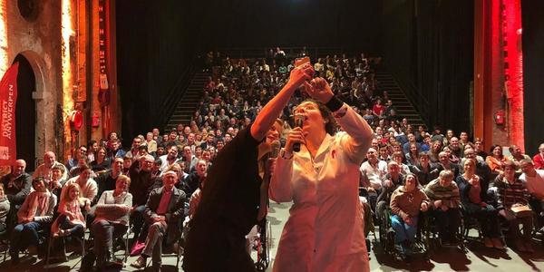 Sportlaureaat neem selfie met alle aanwezigen in Zuiderpershuis