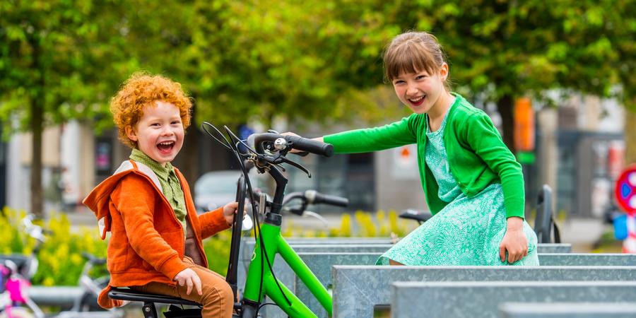 2 kinderen zitten op een fiets