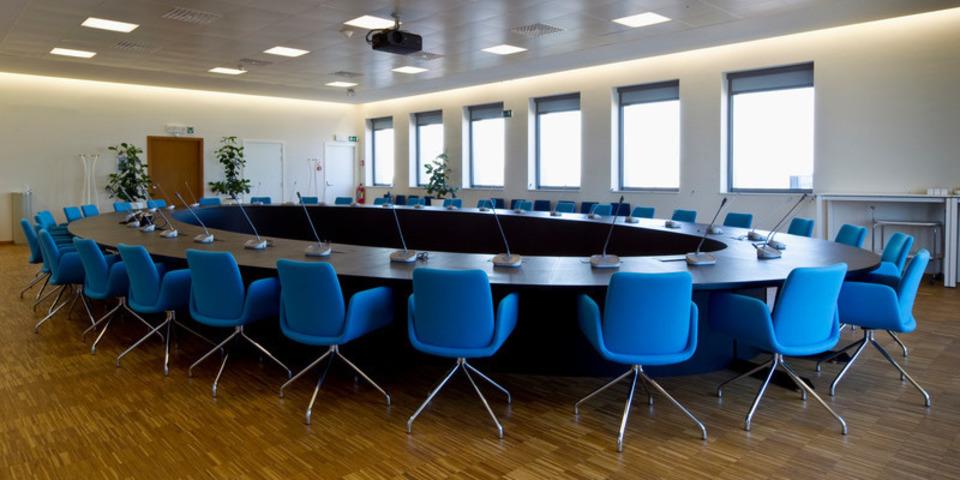 Een vergaderzaal met ronde tafel