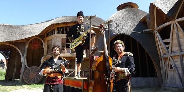Drie muzikanten poseren met instrumenten.
