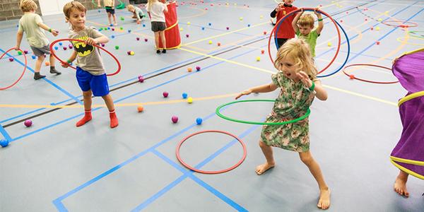 Kinderen hebben plezier met hoelahoepen tijdens de Antwerpse Sportweken