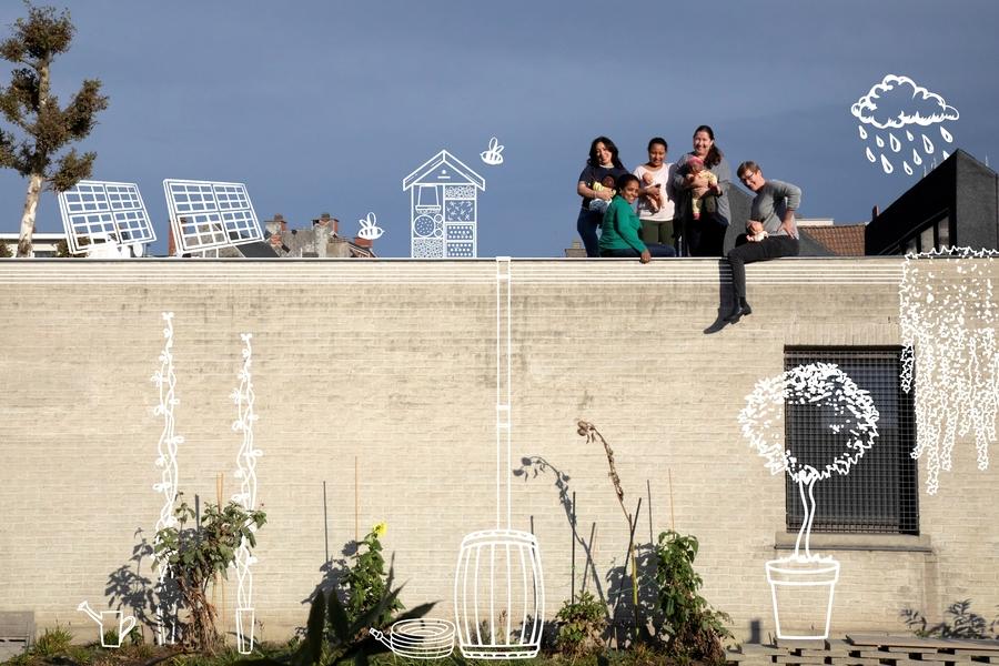 De juffen van Speelhuis Elief staan met poppen op hun grijze dak. Tekeningen tonen aan hoe ze hier energie en water gaan opvangen.